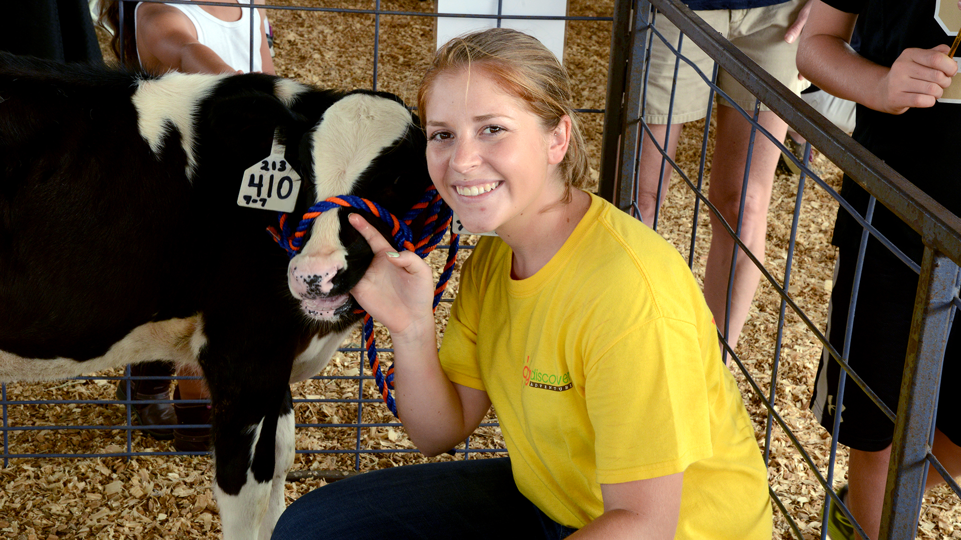 Auburn-Animal-Sciences-Major-Student-Selfie-with-Dairy-Cow-at-Ag-Discovery-Adventure-Event