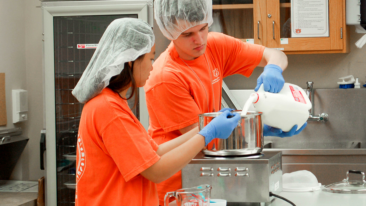 Auburn-Students-Pour-Milk-at-Major-in-Food-Science-Camp-Alabama-48